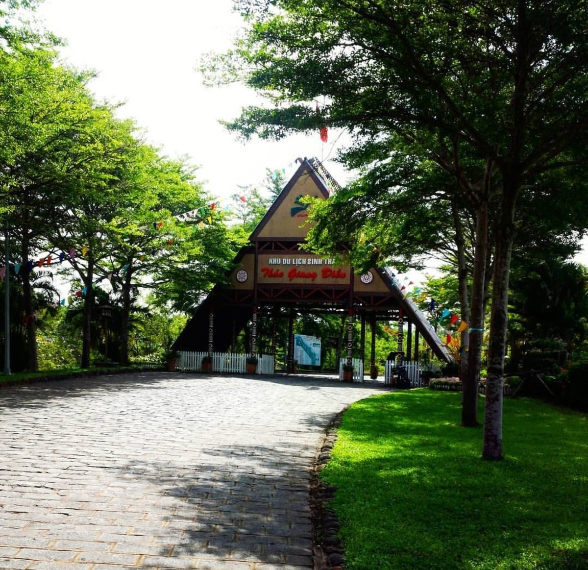 A huge gate that copies the style of an ethnical house impresses visitors as they arrive at the park
