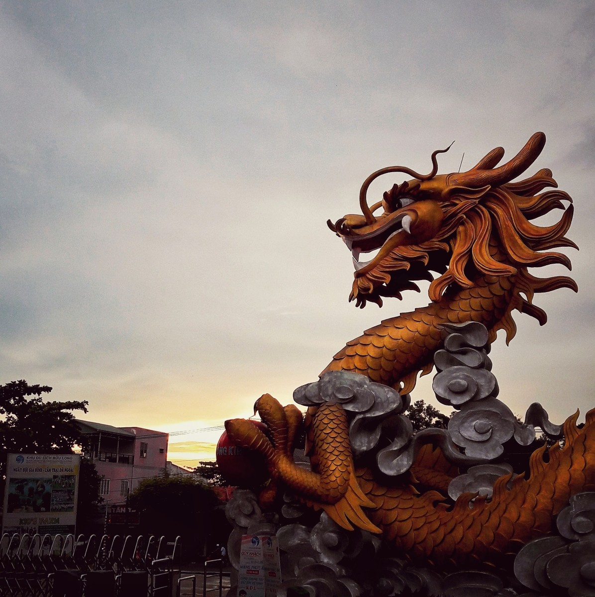 A dragon statue stands firmly at the entrance, simply illustrating the name Buu Long - Long means dragons, Buu means rare and sacred.
