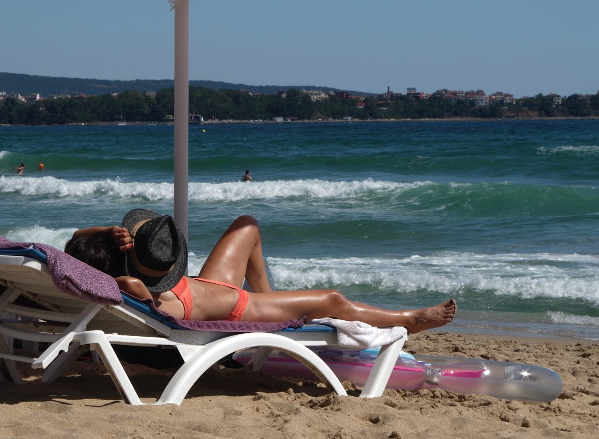 Dos sunbeds cause more skin cancers than natural tanning?