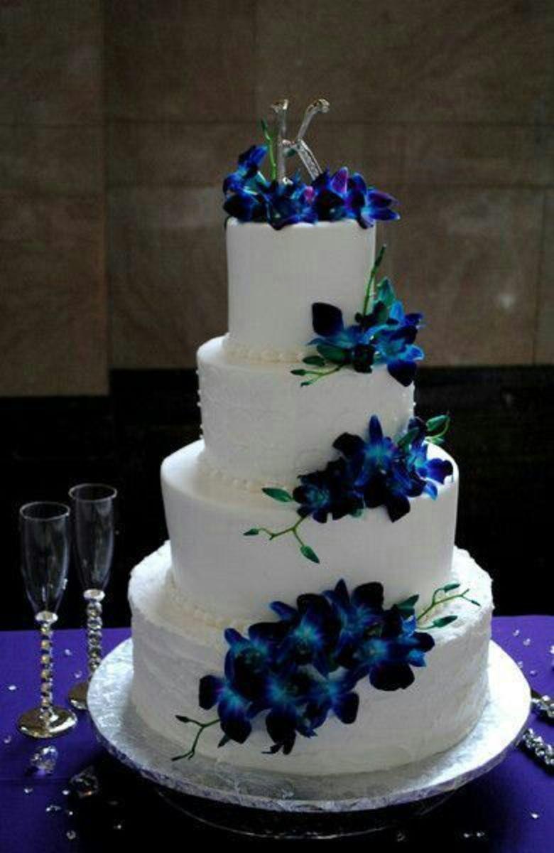Beautiful wedding cake using the peacock wedding colors