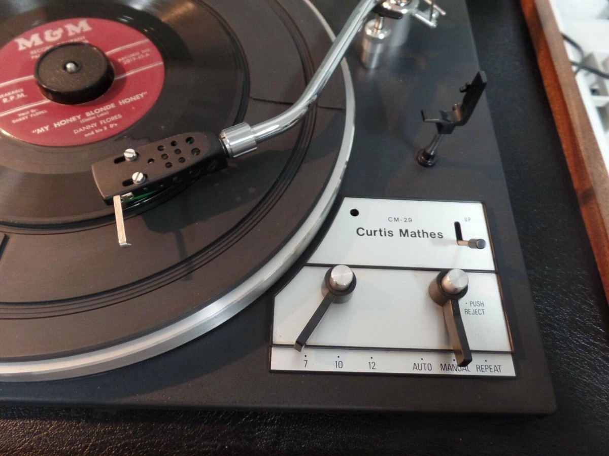 Three record setting for the platter, seven inch, ten inch, and 12 inch settings. The turntable also has auto, manual and repeat features. The repeat feature allows the owner to continually pay a record for as long as her or she likes.