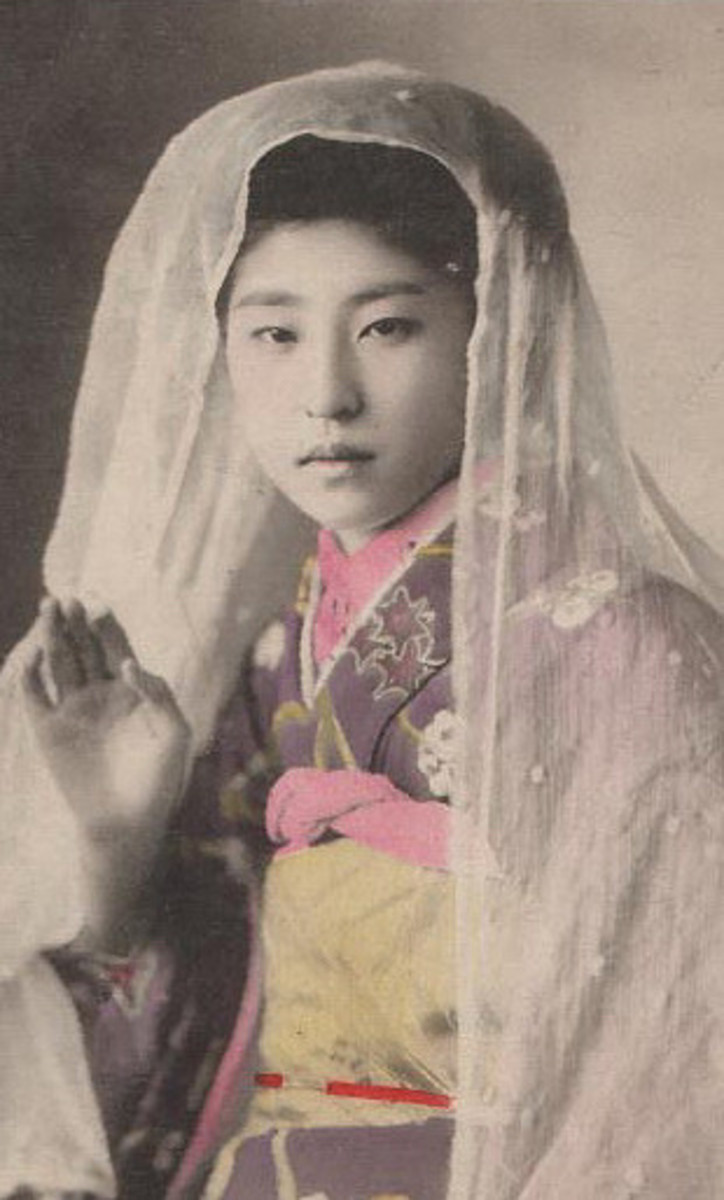 This vintage Japanese bride photo brings tradition to an Asian bridal shower theme
