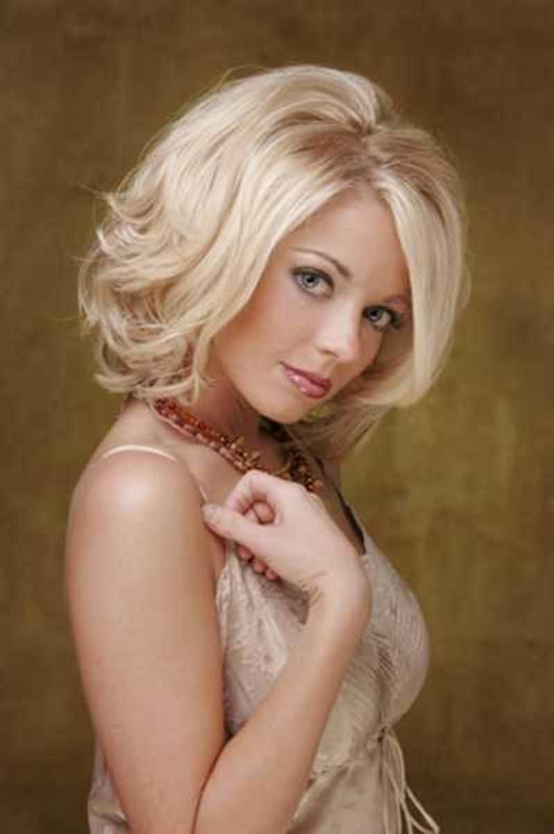 medium layered blonde hairstyle for teen girls
