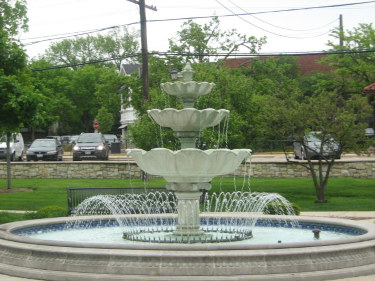 Fountain located in the middle of the park in Downtown Hinsdale