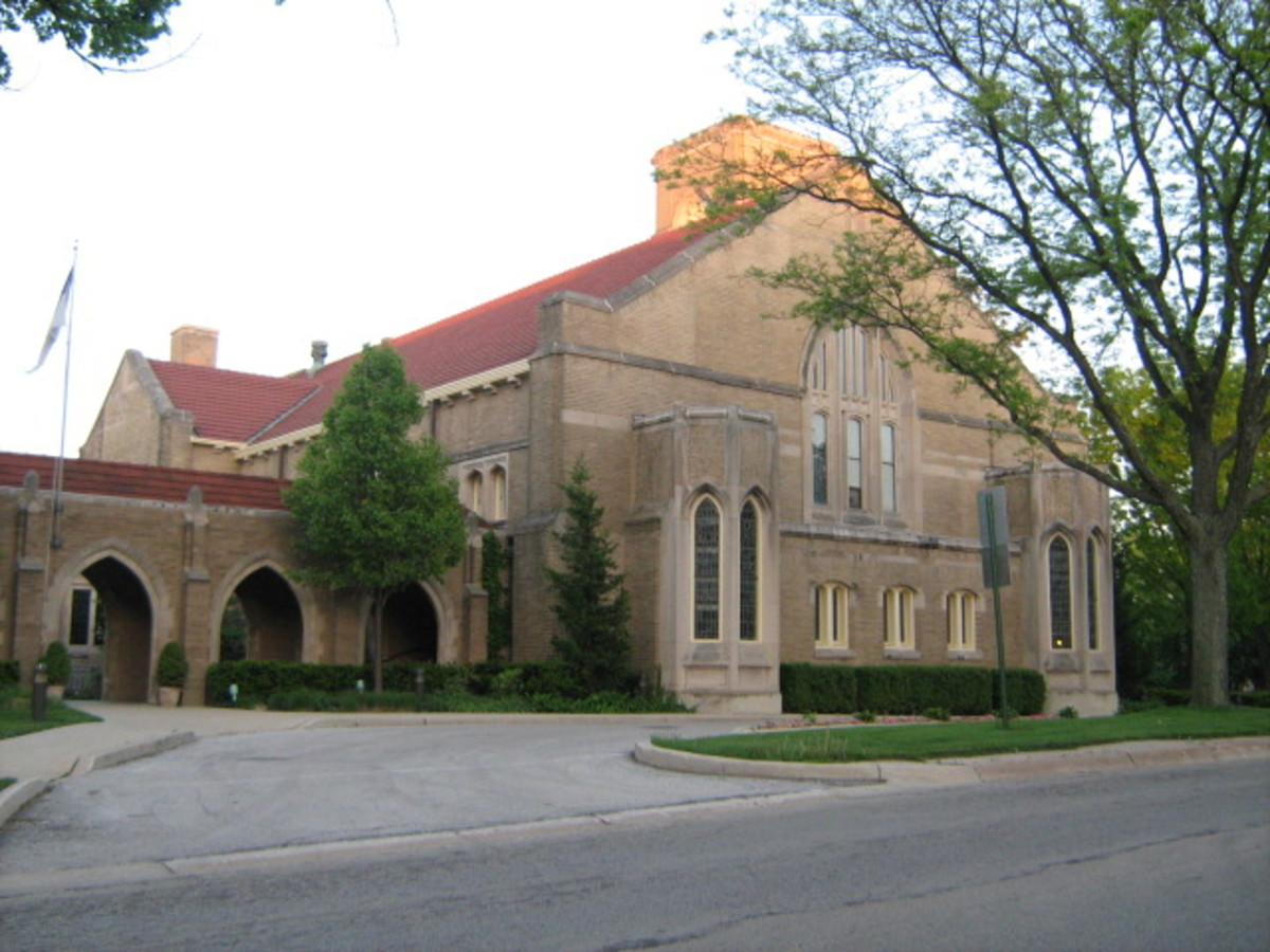Union Church's front view near Downtown Hinsdale