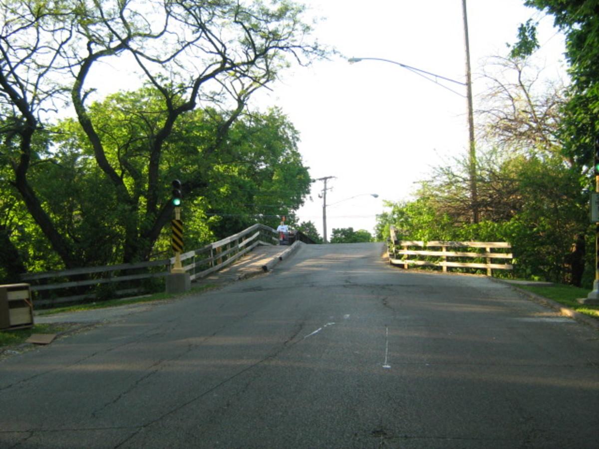 The one-lane bridge near Hinsdale Hospital - north view