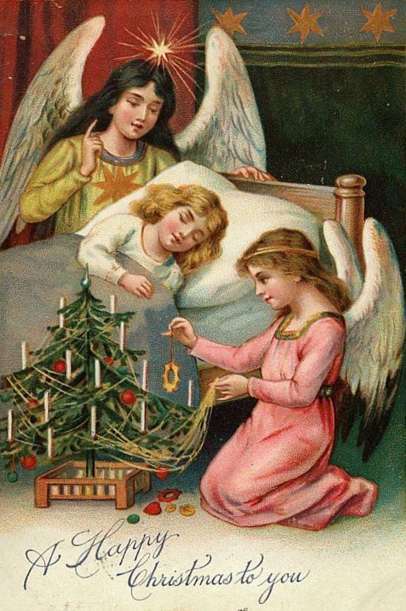 Anjos do vintage ao lado da cama menina com árvore de Natal
