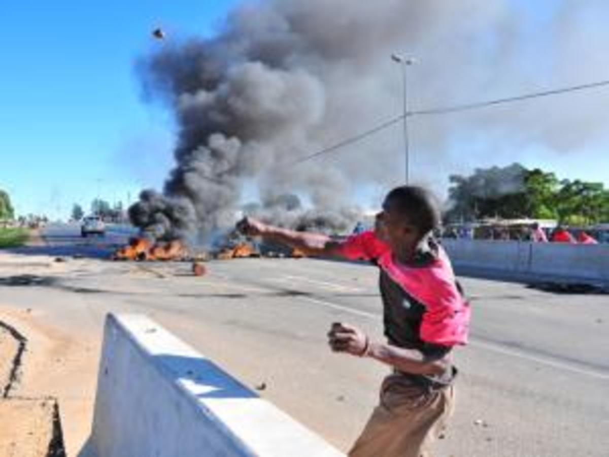 Zandspruit, a so-called informal settlement northwest of Johannesburg, exploded in anger and tires were burnt to block the roads and youth were throwing sones and objects at traffic and police