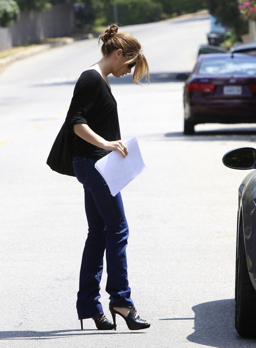 Ashley Greene has toned legs in denim