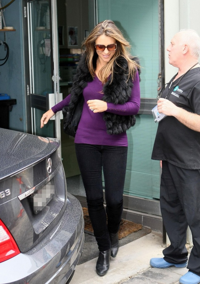 Elizabeth Hurley always stylish in skinny jeans and boots.