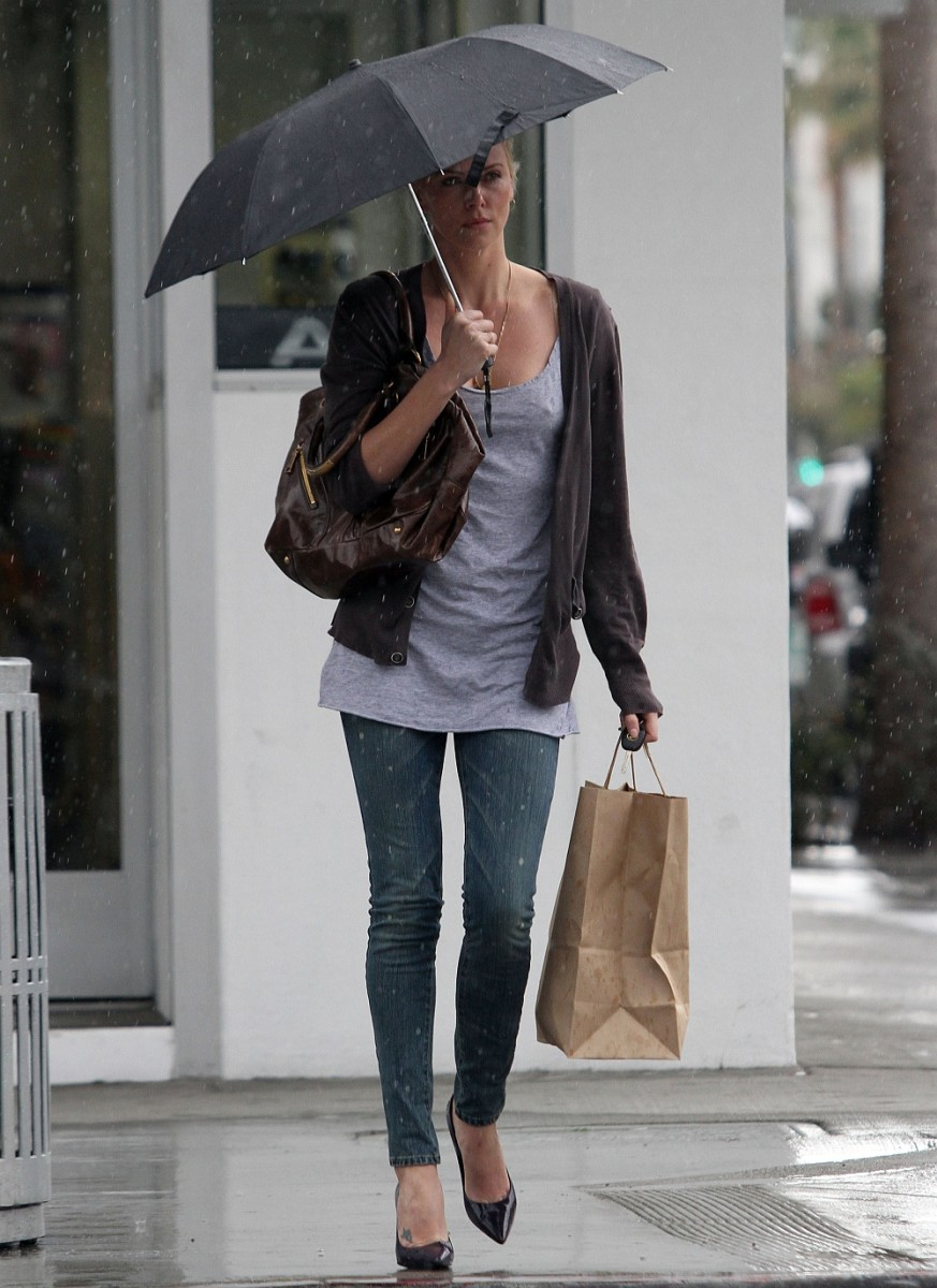Charlize Theron likes to show off her long legs in tight jeans