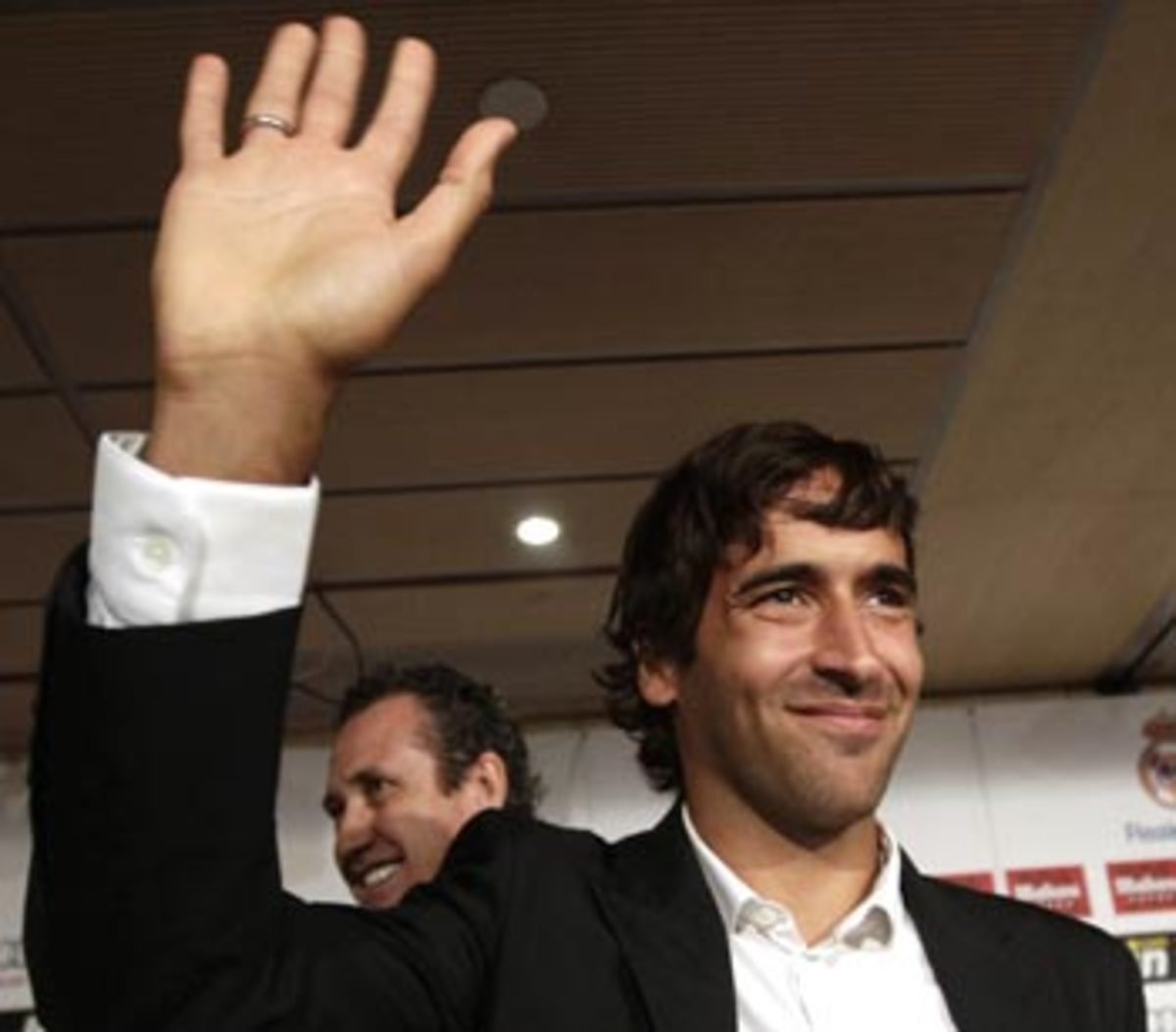Raul waves goodbye to fans of Real Madrid