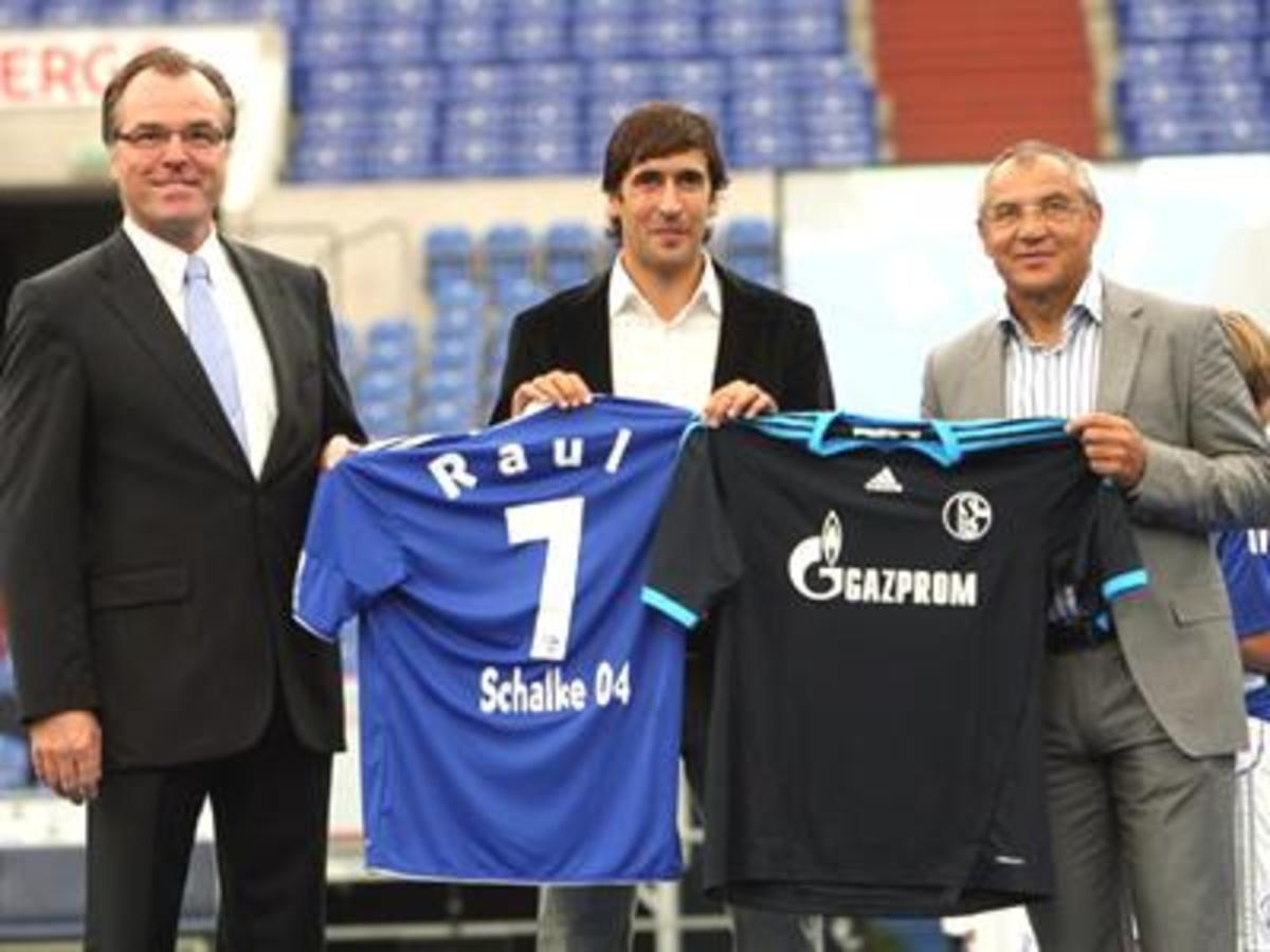 Raul handed the new team uniform but still with the No.7