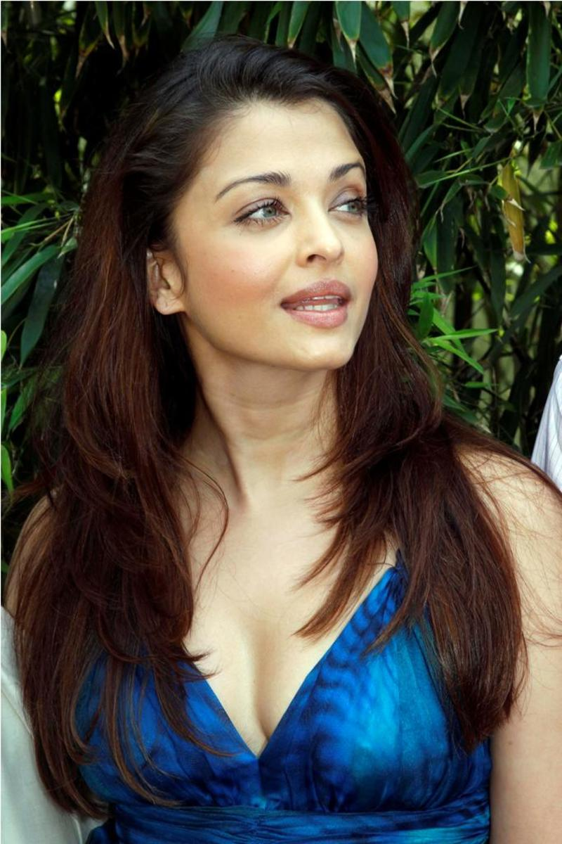 Gorgeous Aishwarya Rai in Blue Saree pictures