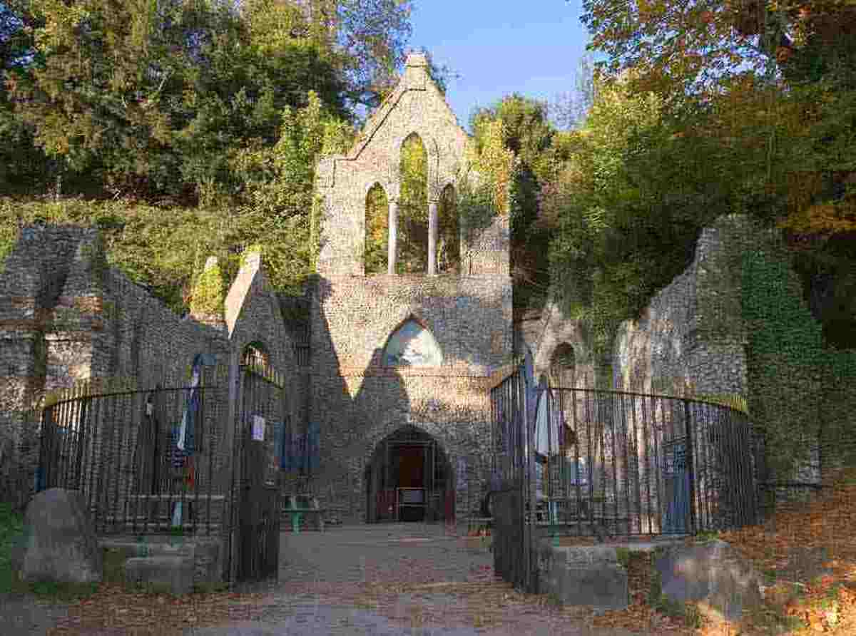 the-hellfire-club-the-true-story-of-lord-dashwood-witchcraft-and-ghostly-apparitions-at-the-hellfire-caves