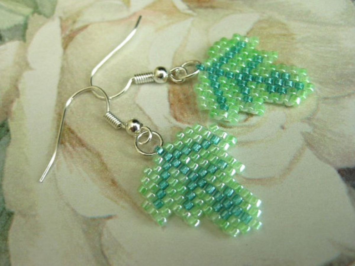 Petite Leaf Beadwoven Peyote Earrings: Use a contrasting color to create veins for your leaves.