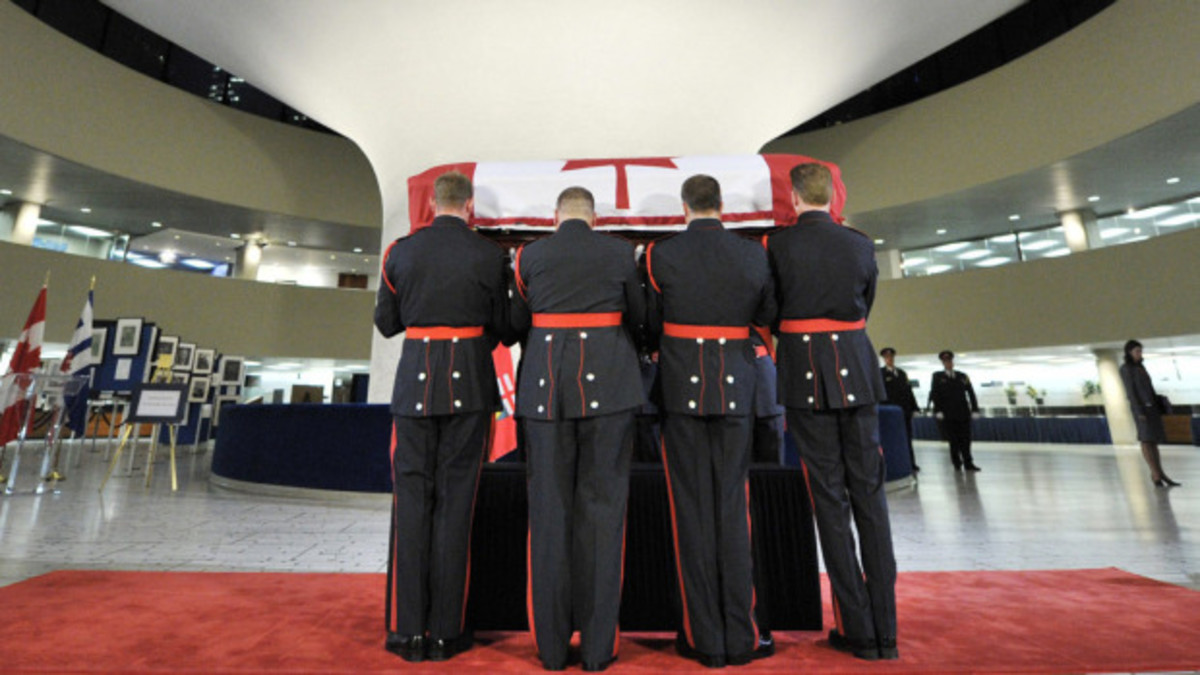 The coffin is placed to rest in Toronto City Hall, August 25, 2011.