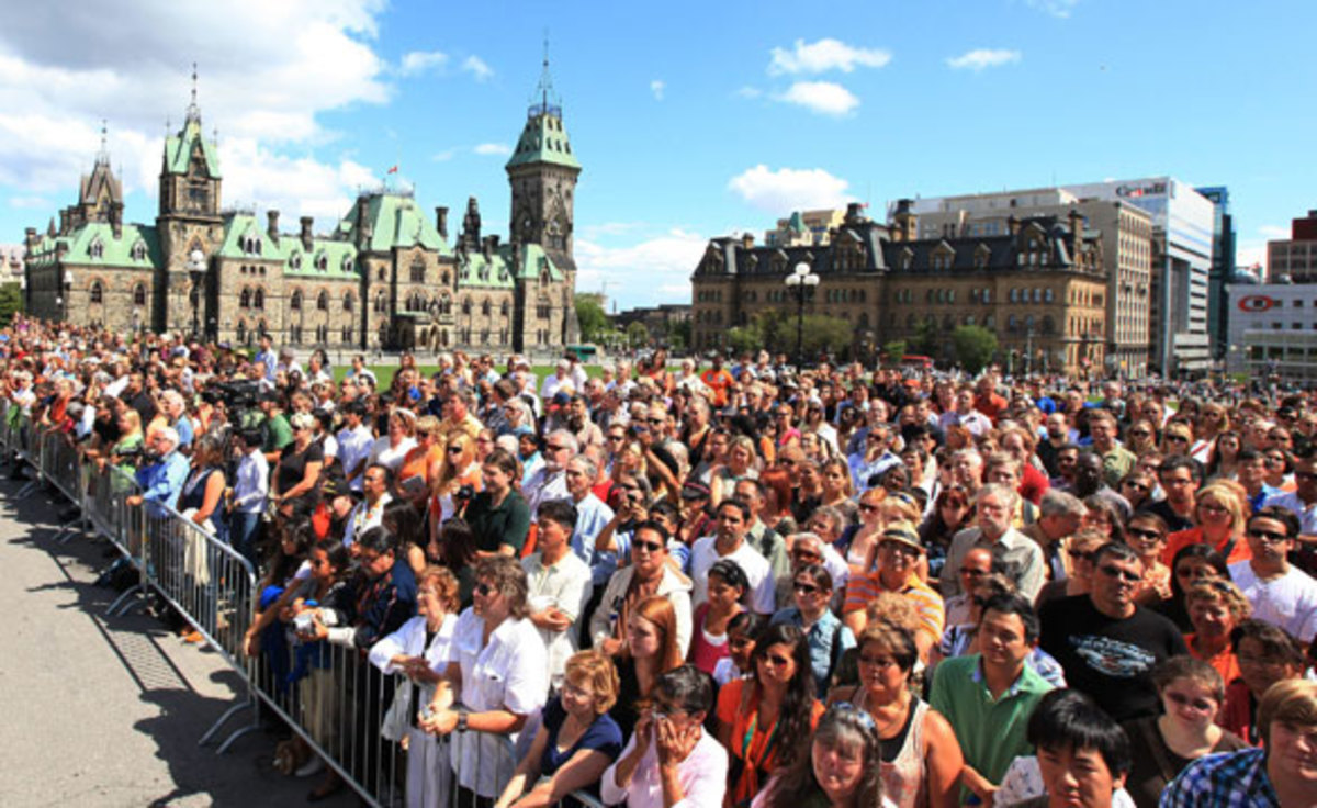 Large crowd gathered on Parliament Hill to see NDP Leader Jack Layton's coffin leave Ottawa, August 25, 2011.