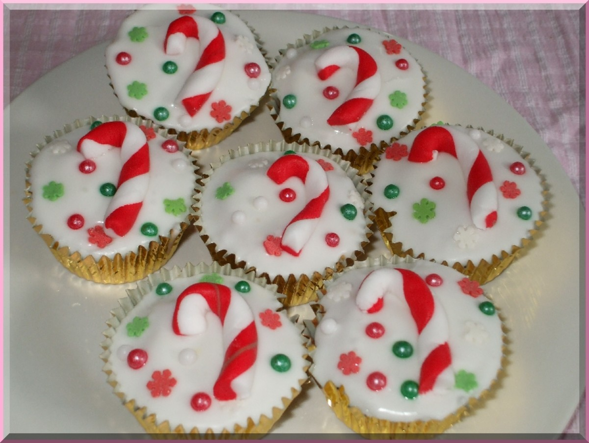 Candy Cane Cupcakes using red and white fondants for the candy canes