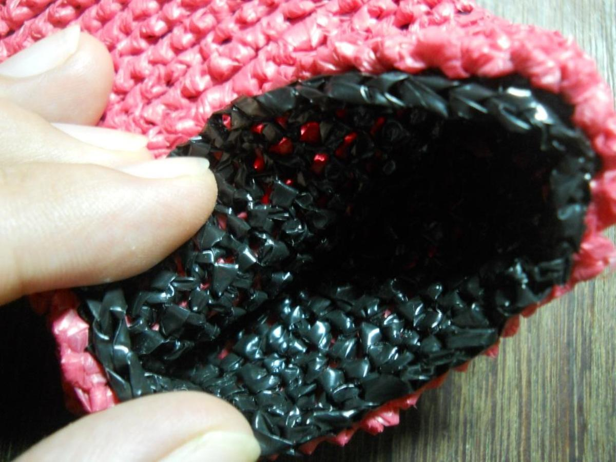 Cell phone cozy - the black stitches are the sc's in the odd rows, while the pink stitches are the crab stitches on the even rows.