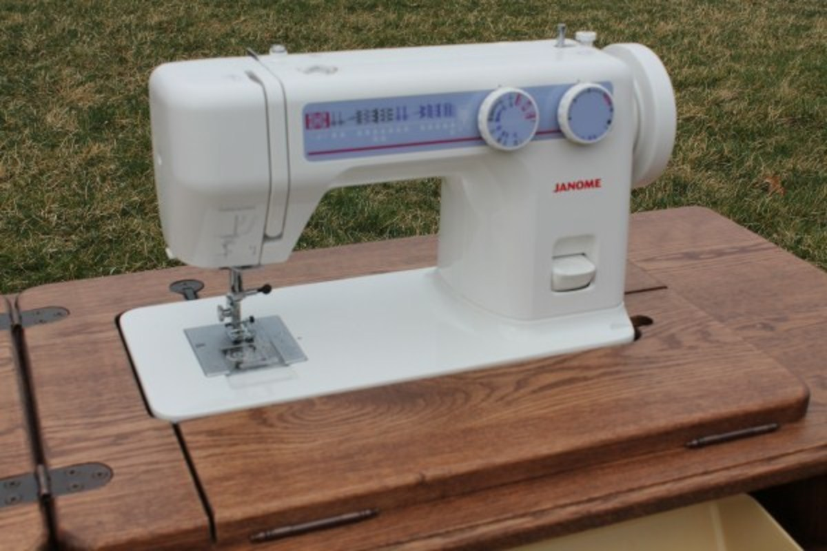 Janome 712T Sewing Machine in cabinet