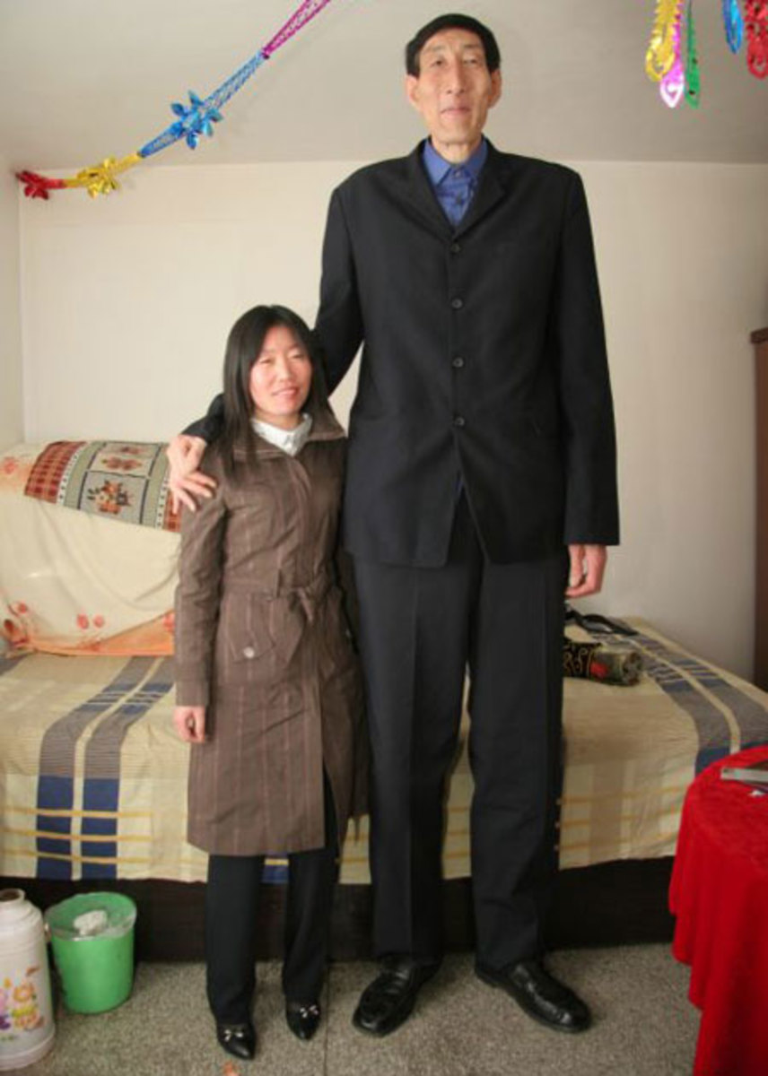 Bio Xishun - the world's tallest man ( 7 ft 9 inches) with his wife