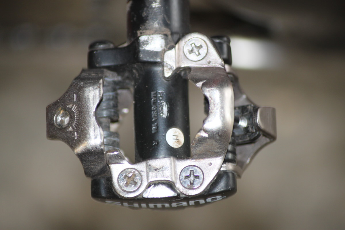 Lots of space between pedal body and axle for mud clearance and drip through on the PD-M540