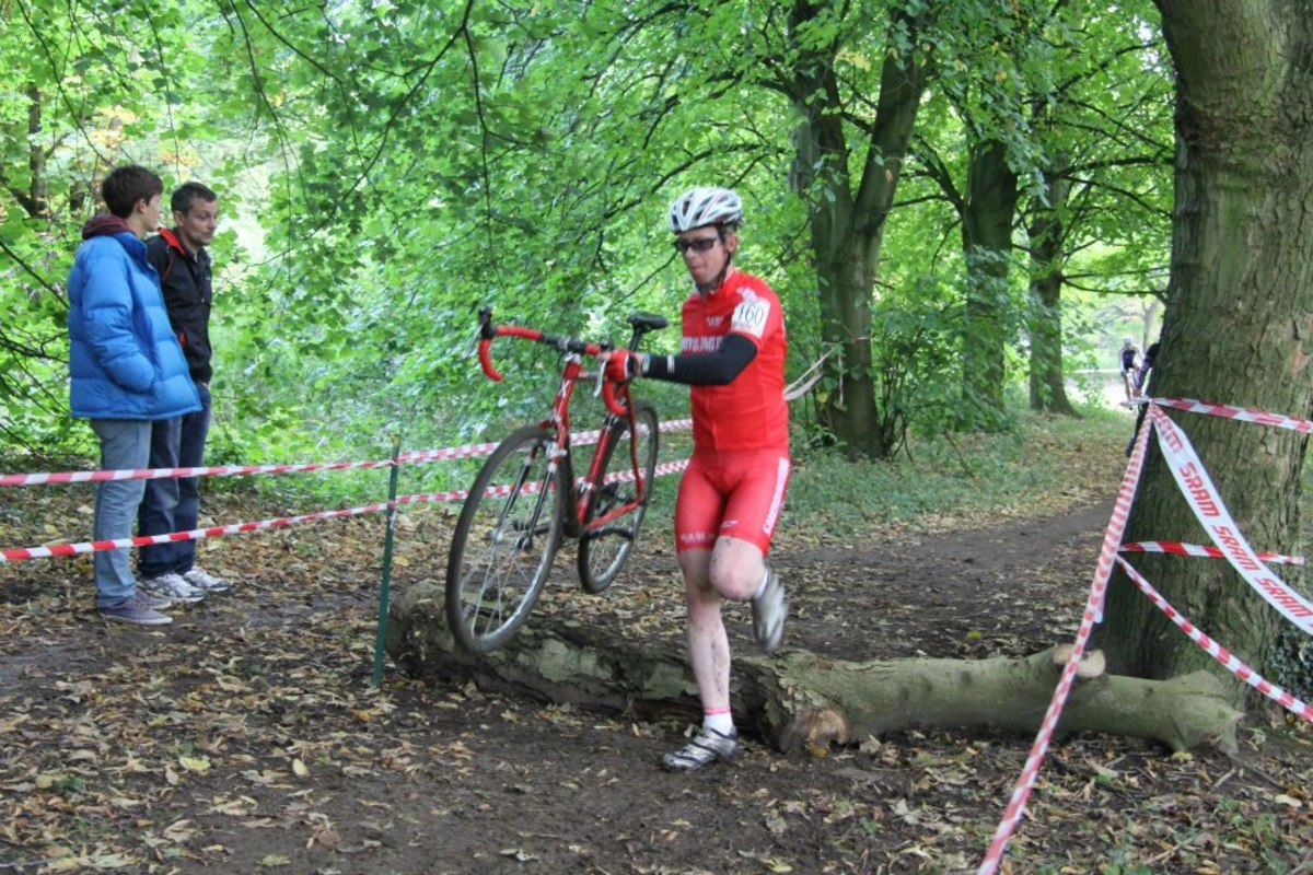 Dismounts and re-mounts are important within cyclocross racing. In action for the Samcycling.com RT