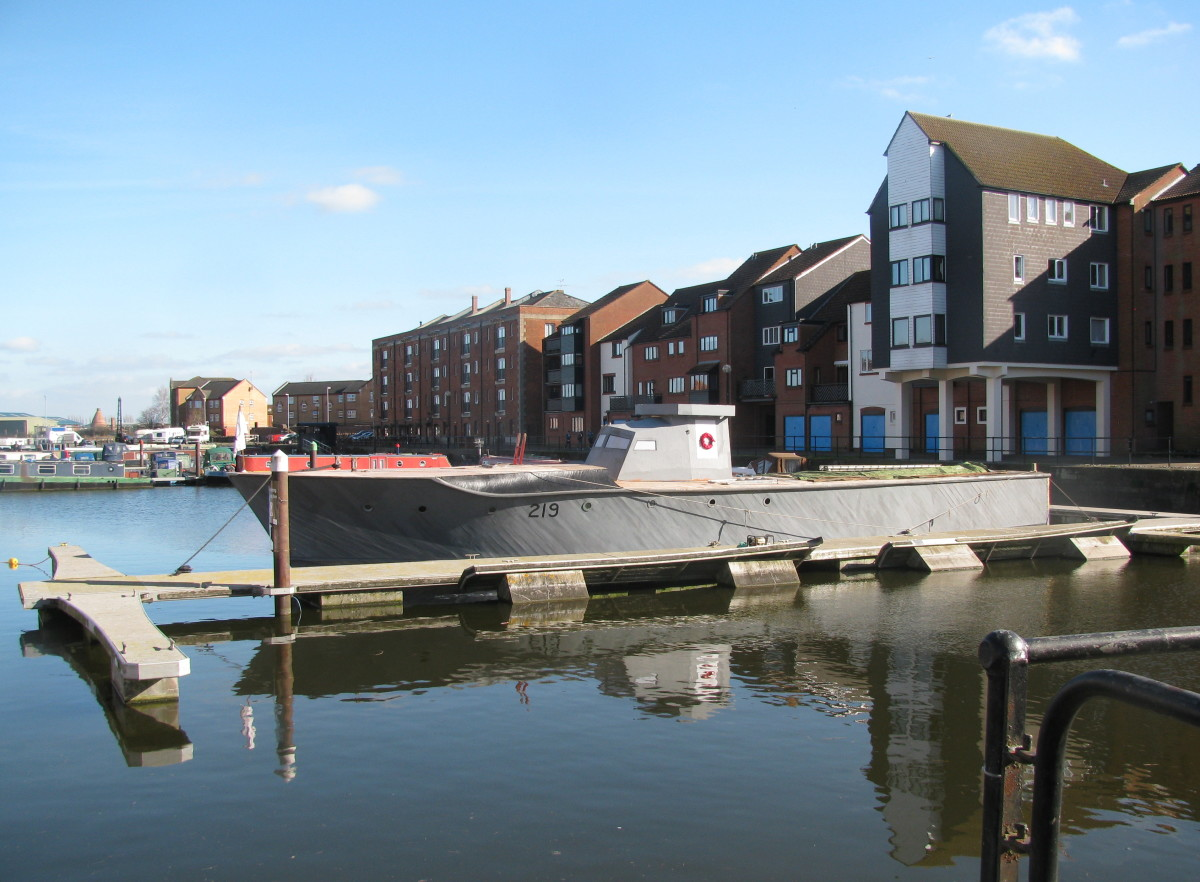 Near the old warehouses (now converted into flats) and keeping company with the narrowboats.