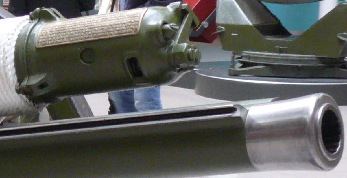 Mk II gun barrel with hydro pneumatic recuperator extension above it