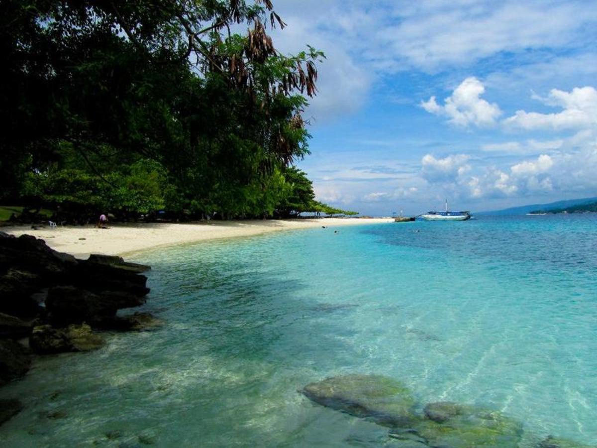 The clear waters of Isla Reta