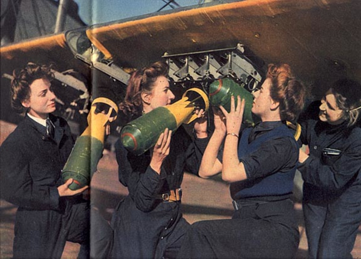 Wrens loading torpedoes into a gun boat