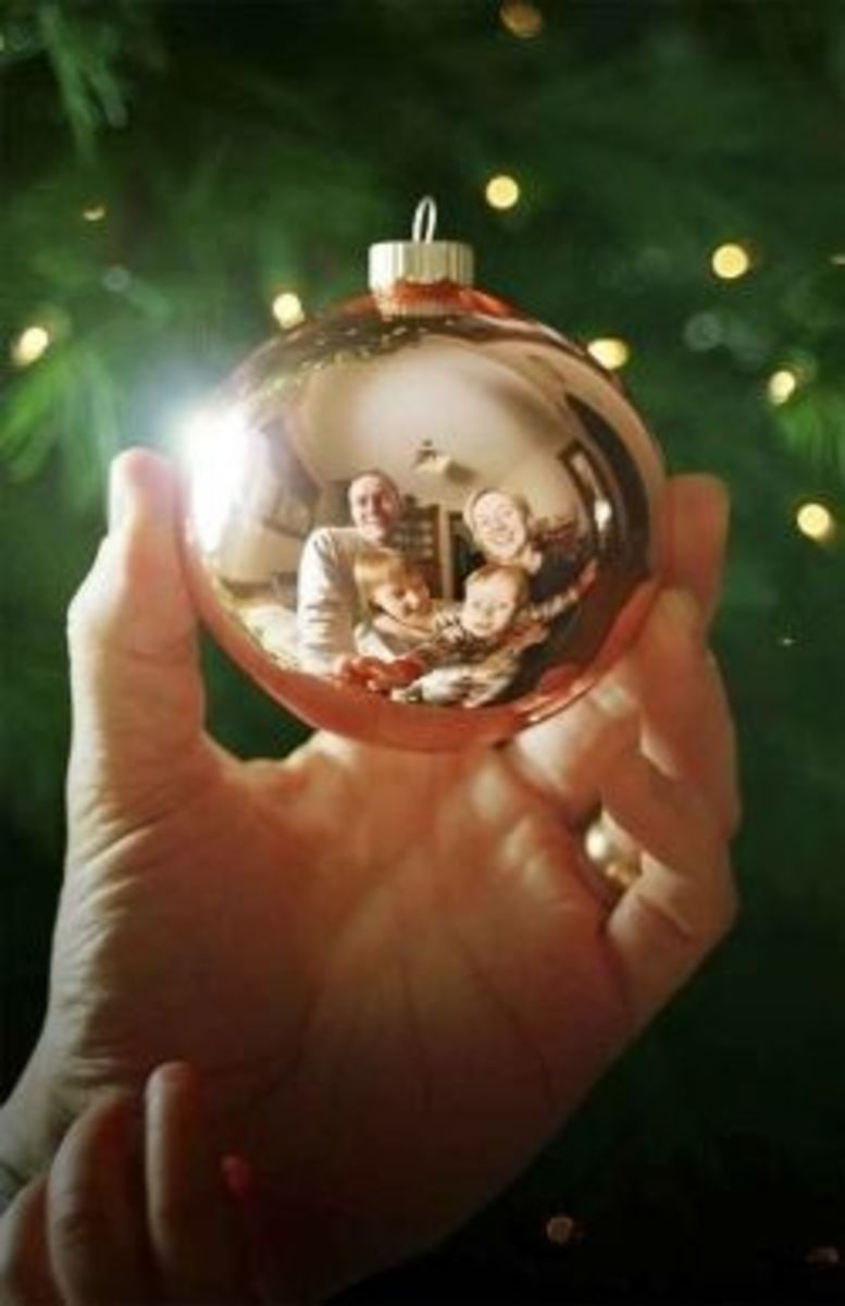 funny christmas photo ideas 5 - reflection in ornament