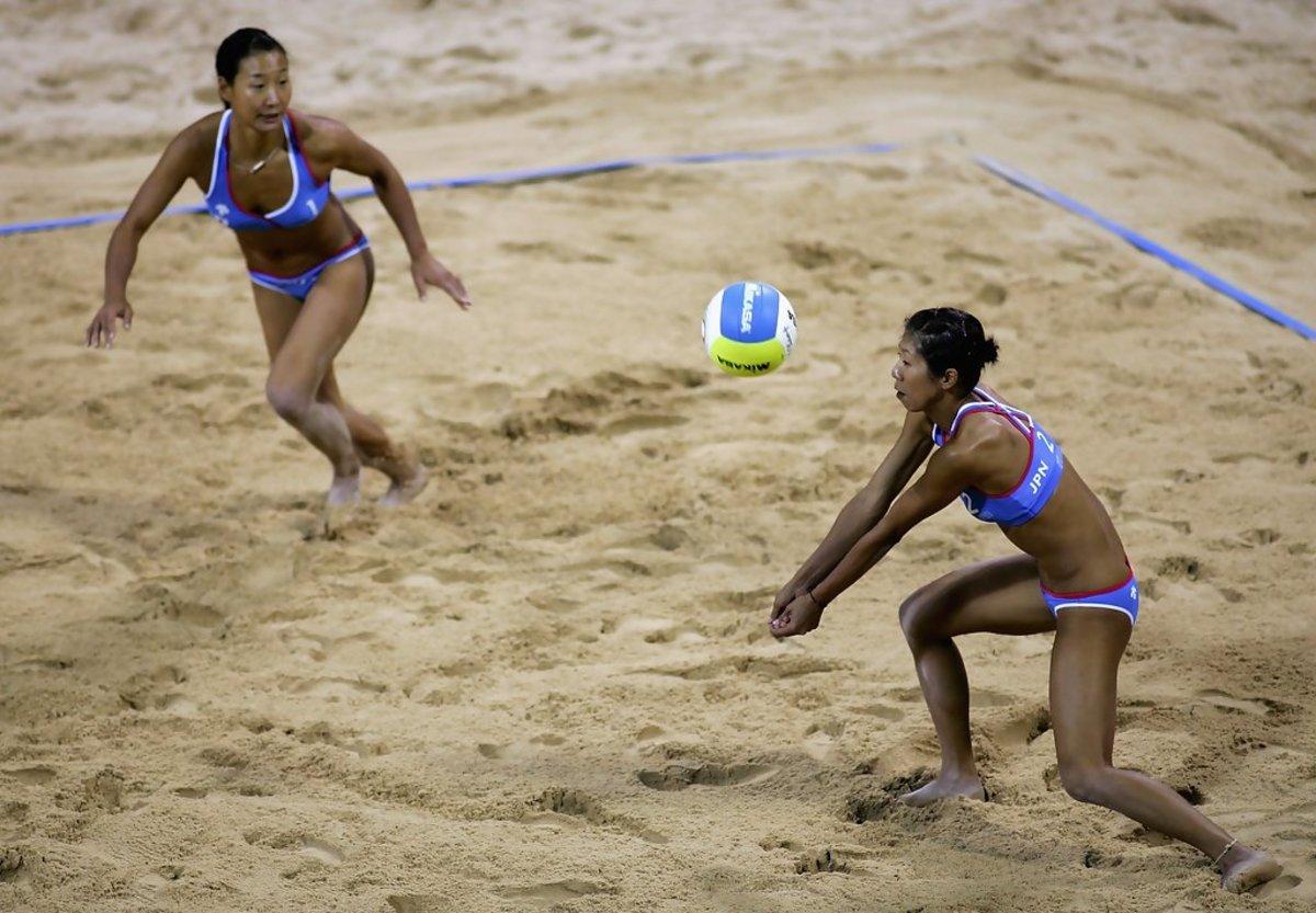 Eiko Koizumi passes the ball to Shinako Tanaka during the match.