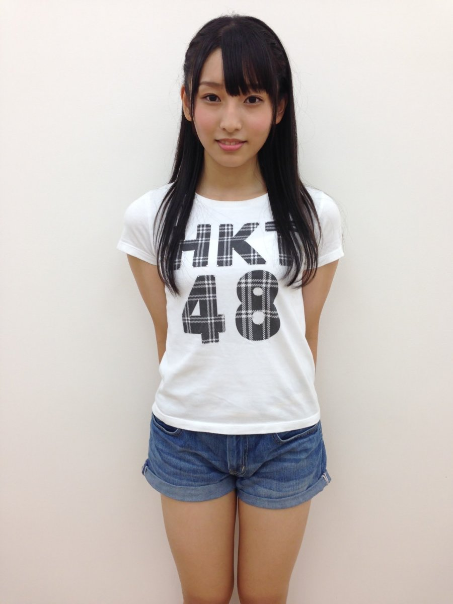 Sae Kurihara wearing an HKT48 t-shirt with pride.