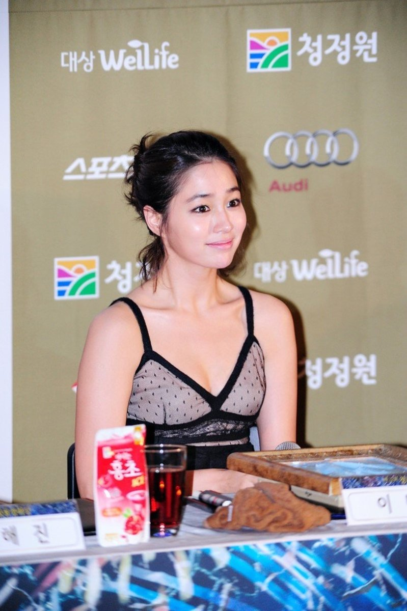 Lee Min Jung at the opening ceremony for the 32nd Blue Dragon Film Awards 2011.