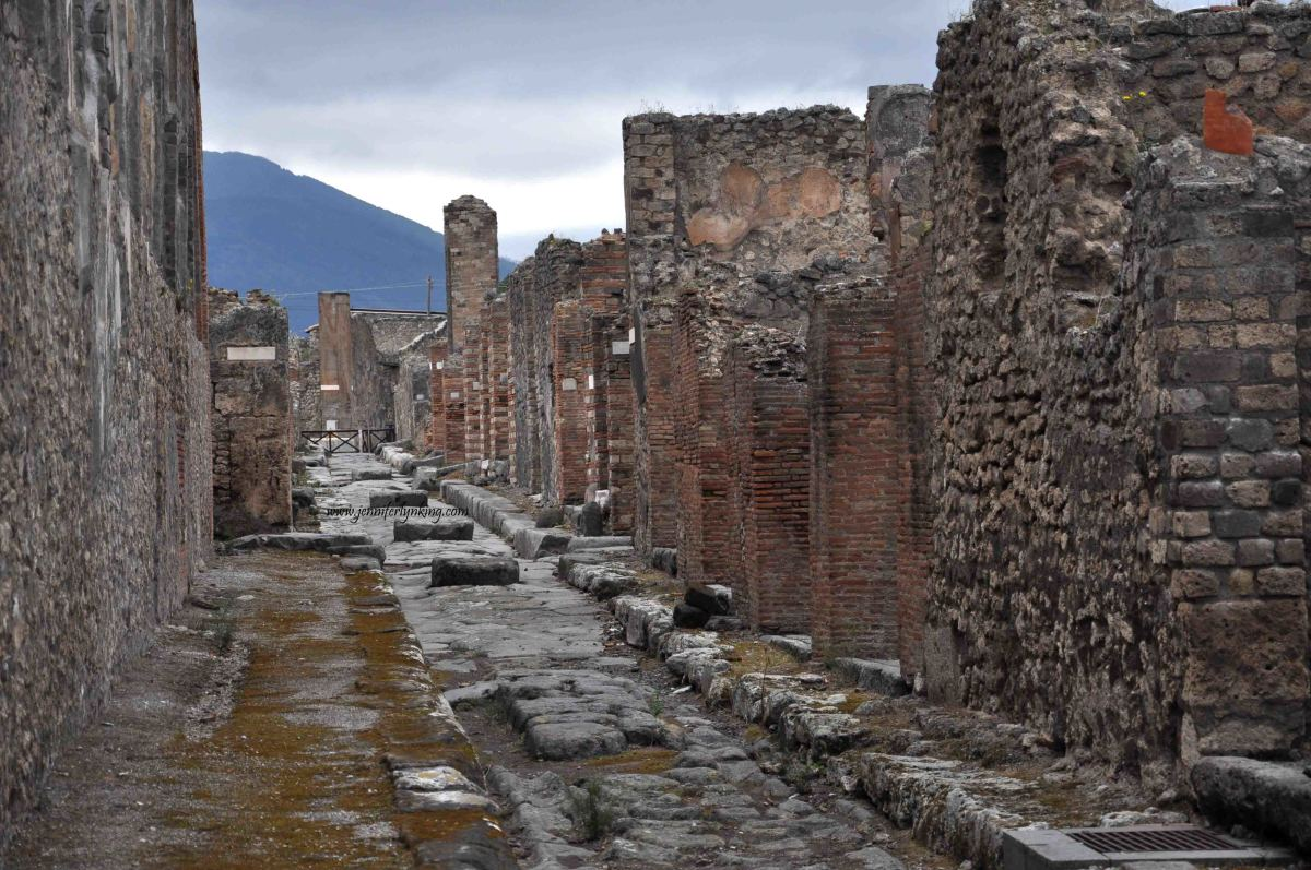 A photograph of the court within the en:basilica at en:Pompeii