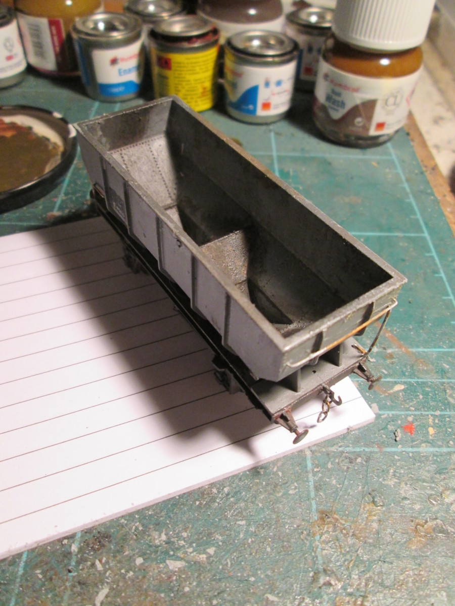 Three-quarter view of the second wagon. Subtle is sometimes better, with dark weathering along the underframe side (a mix of anthracite, dust and dark rust)