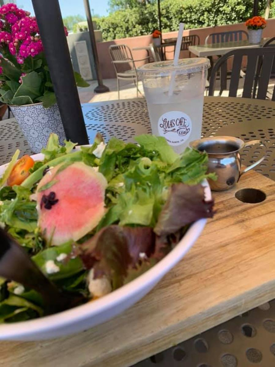 Lola's delicious house salad. A very popular dish, highly recommended by regulars to the establishment. Isn't it beautiful?