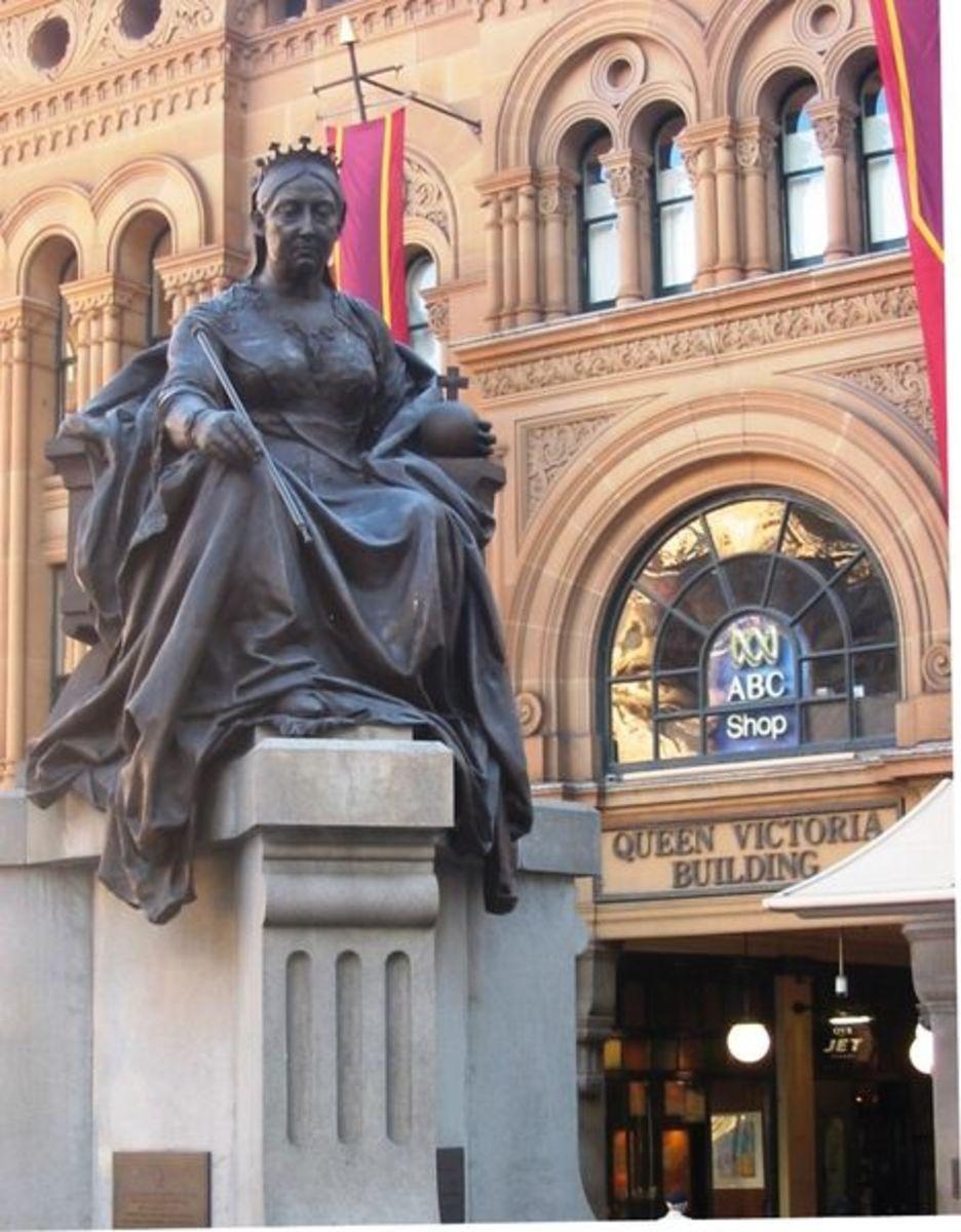 Queen Victoria Bronze Statue