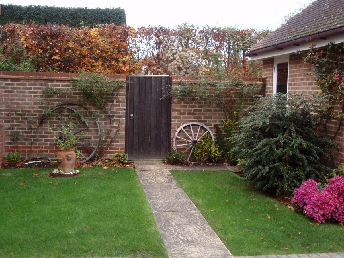 Wooden gates - Tall single side entrance wooden gates - Dalby side gate