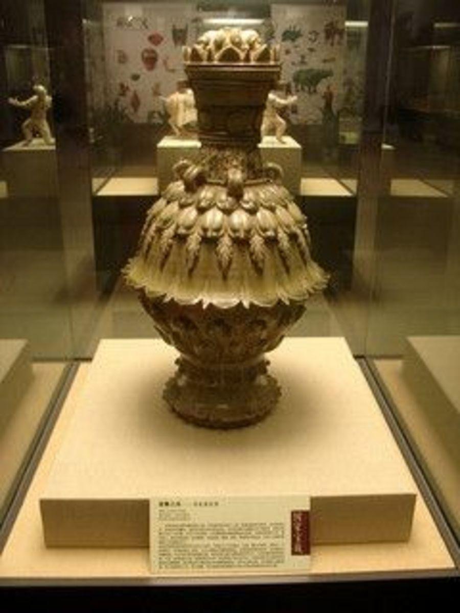Lotiform Celadon Ware Kettle (Qing Ci Lian Hua Zun)