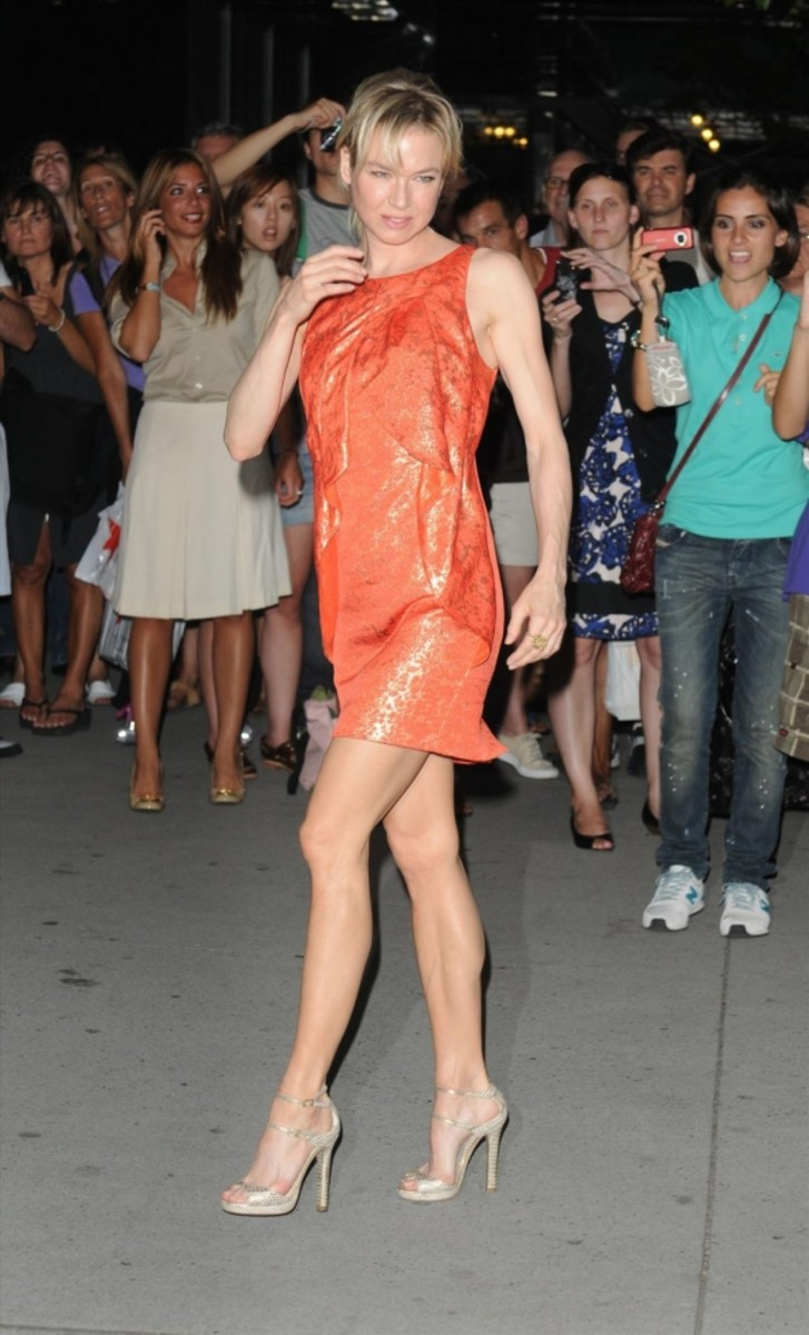 Renee Zellweger displays her hot legs in a short orange dress and high heels at the screening of The September Issue.