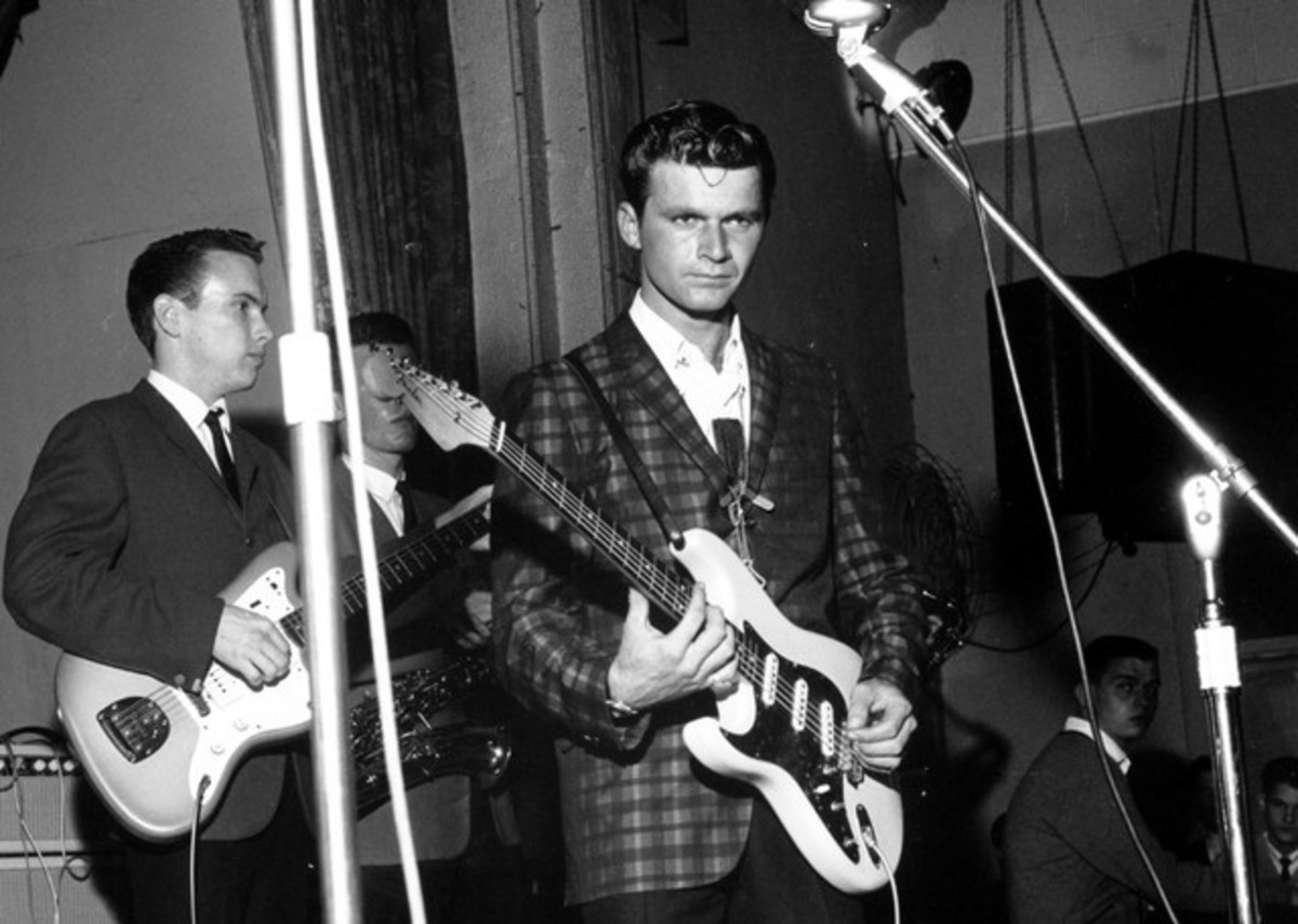 Dick Dale (center)
