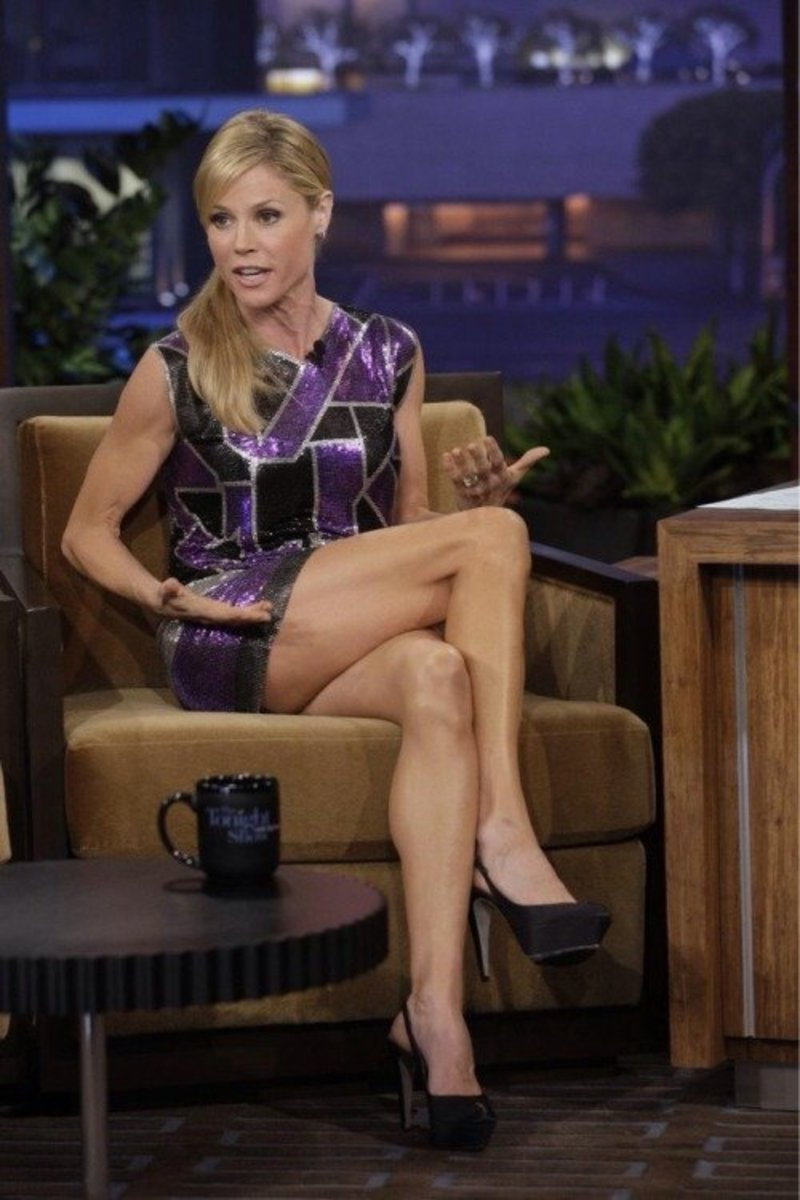 Julie Bowen showing off her gorgeous legs on the Tonight Show