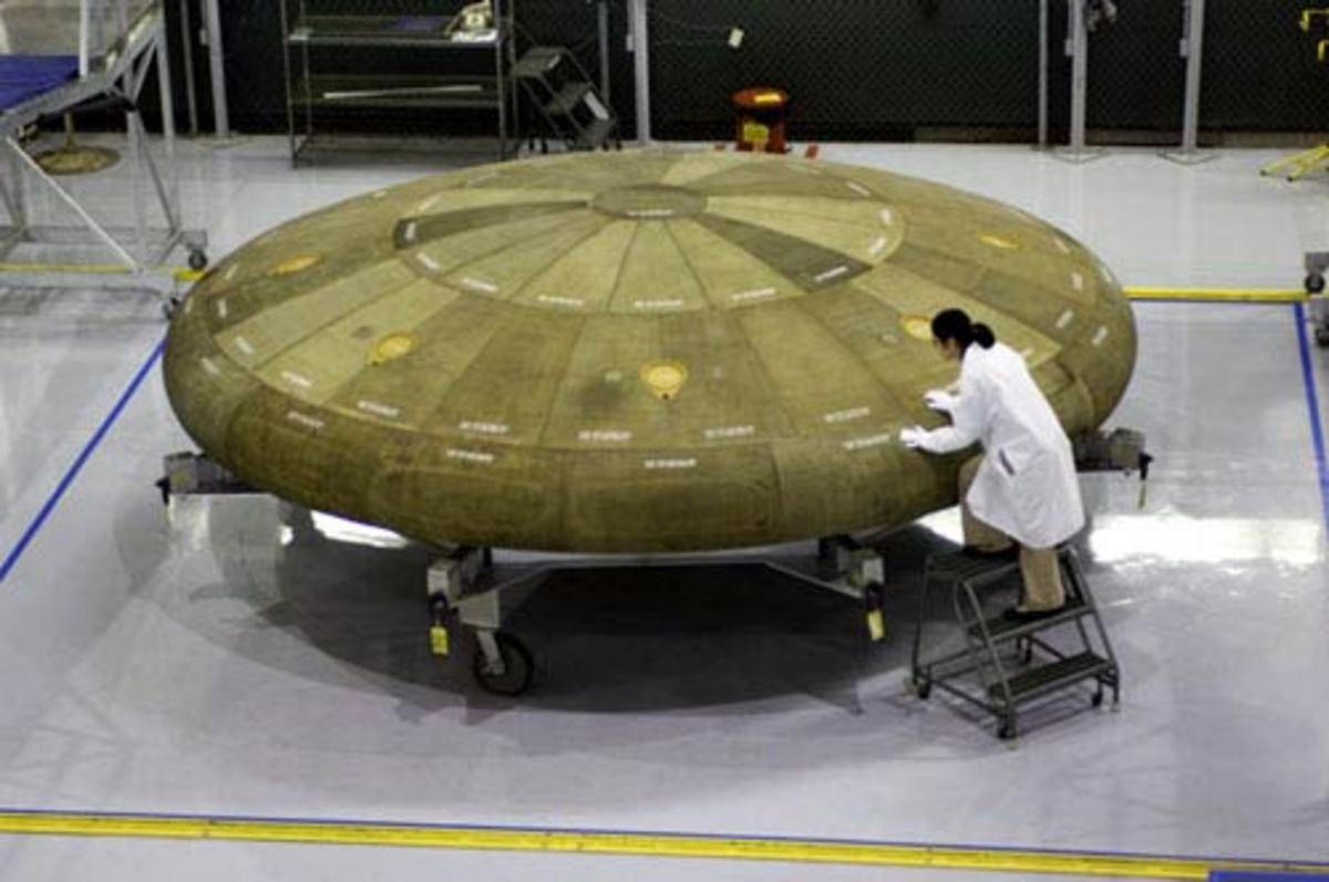 uno scienziato donna studia un UFO