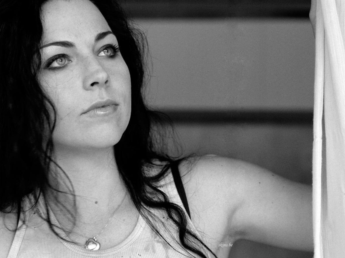 4. Amy lee of Evanescence - Yeah, yall knew she was going to make this list. Super awesome, wicked hot.