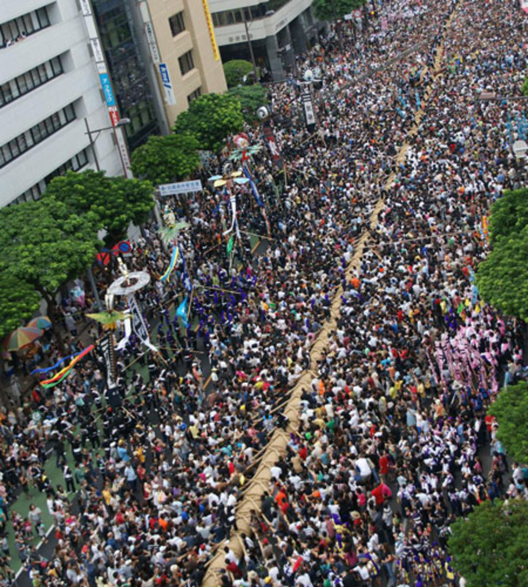 The world's largest tug of war in Okinawa.
