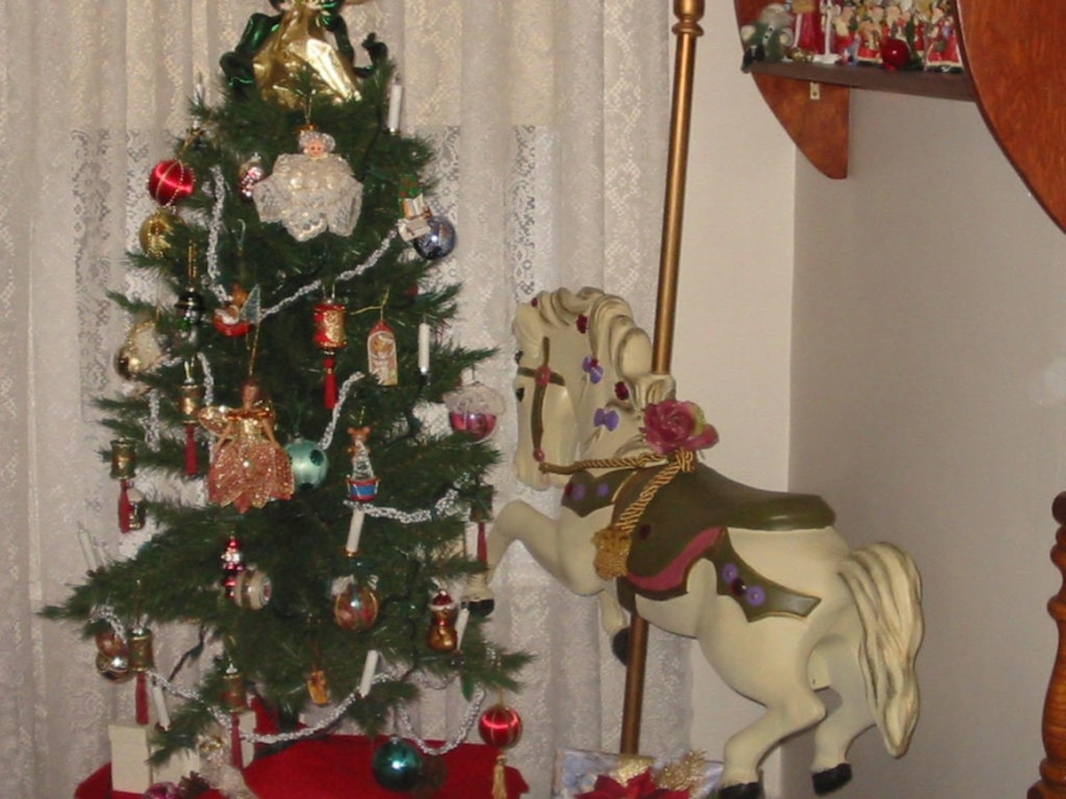 My wonderfully creative and talented mother-in-law's carousel horse. It was love at first site for me. She is an inspiration to me on so many levels. I wish to thank her sooo much, for allowing me to copy her craft. Now, to just do it justice.