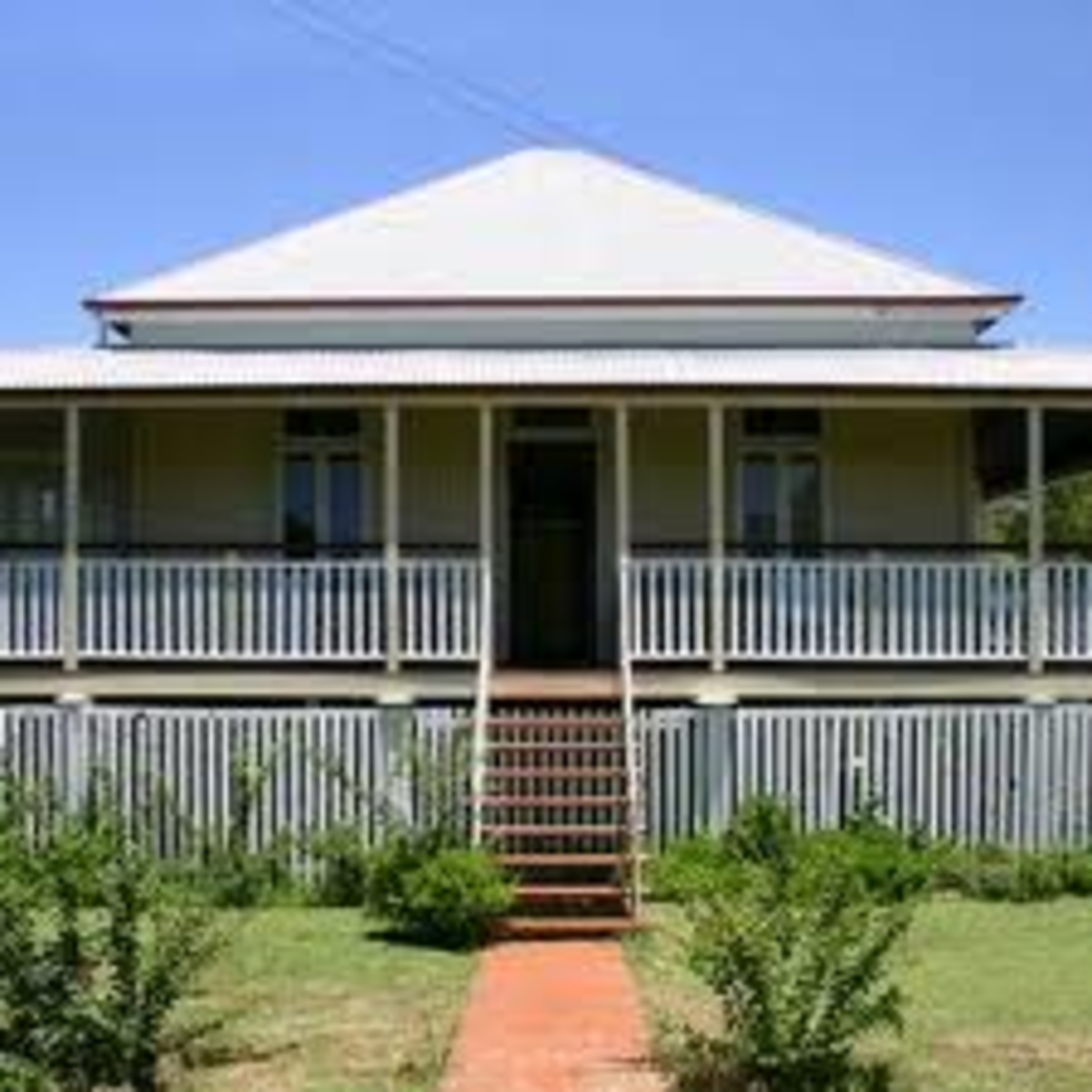 This is a typical smaller version of the houses, sometimes they are called workers cottages, because they were made for people that could not afford the more typical Queenslander